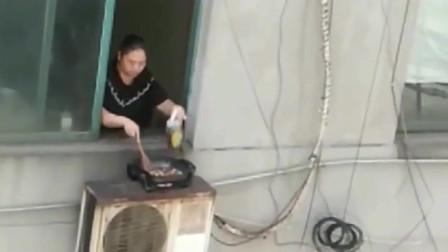 这大姐每天在窗外炒菜,闻着味儿我就知道她今天吃的是啥
