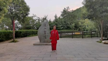 42式太极拳由杨式太极拳第七代传人延小芹在西安临潼骊山上演练