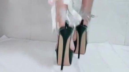 今年最流行的透明高跟鞋看着真美了,你喜欢吗?