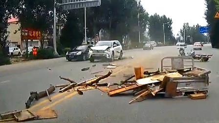 交通事故合集:不看路况横穿马路,三轮车避让不及很受伤