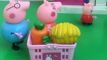 小猪佩奇和爸爸妈妈买菜回家了,乔治躲起来拿着水枪跟他们做游戏,小猪一家真会玩!