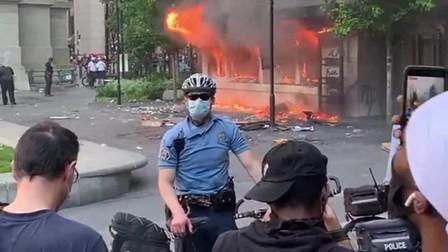 美国黑人事件持续升温,各地警局被烧毁,场面太壮观了!