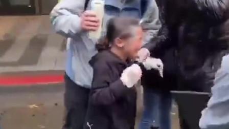 美国黑人事件再次升级,孩子眼睛被警察泼辣椒水,群众愤怒了!
