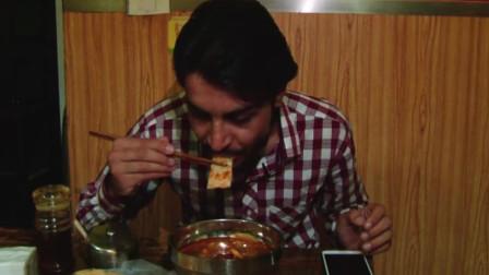 外国人在中国:巴铁在中国吃火锅粉,姑娘要求拍照合影,小伙害羞答应