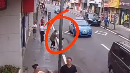 监控实拍:孩子冲向马路,惨被出租车撞飞!