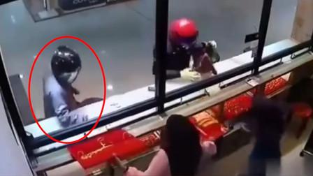 监控实拍:两男子抢劫金店,结果发生了尴尬的一幕!