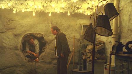 小伙看见墙上有个小洞,透过洞口发现隔壁才是人间,自己活在地狱