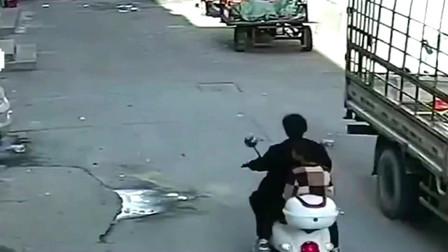 """女子带孩子骑车回家,不料小女孩突然窜出,监控拍下""""揪心""""一幕!"""