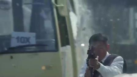 华仔看到同伴受伤,立马拿起KA47与劫匪对干,场面惊险又血腥