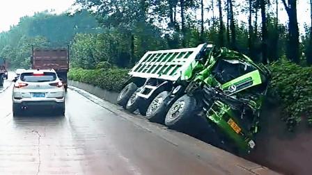 交通事故合集:小车任性加塞挑战渣土车,结果不自量力