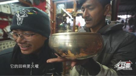 尼泊尔老板给我们展示喜马拉雅颂钵,据说发出的声音可用来理疗