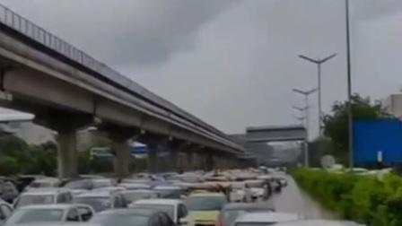 印度多地遭暴雨袭击 交通出行受阻 共度晨光 20200821 高清