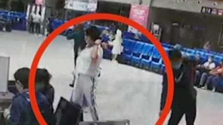 """吉林:火车站""""顺手牵羊""""女子被抓 共度晨光 20200821 高清"""
