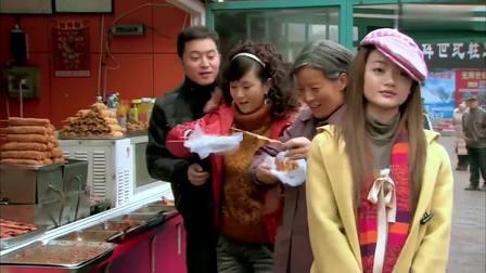 农村婆婆初进城,吃串炸豆腐就开心的不得了,真是容易满足