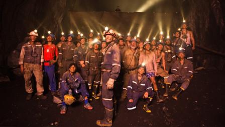 真实矿难!33人被困700米地下69天