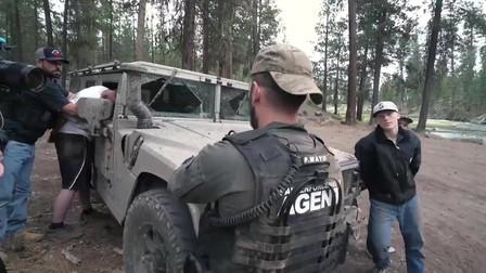 美国疫情期间,美国警察对抓捕犯人谈判,第一次见到警察的这一面