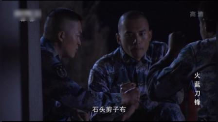 三个兵拿武器偷袭师傅,为了觉得谁先,剪刀石头布