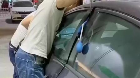 车钥匙忘车里了,不知怎么取出来,请来的师傅给我上了一课!