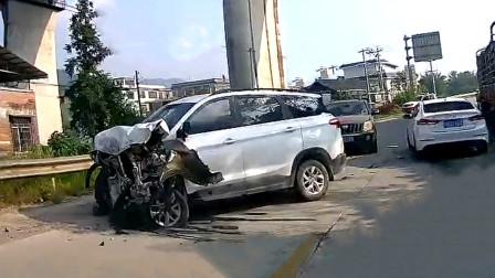 交通事故合集:红绿灯路口超速行驶,连环追尾让人伤不起