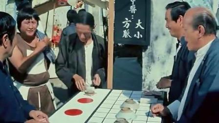 赌桌老板故意让胖子赢,想放长线钓大鱼,谁料胖子更精明