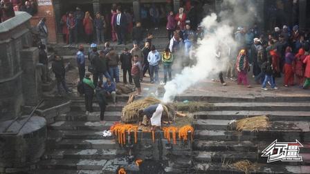 近距离实拍尼泊尔烧尸庙,生死轮回,最后变成一堆灰推入河里