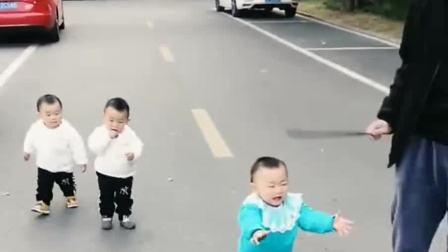 看到爸爸拿着棍子,三胞胎儿子立马老实了