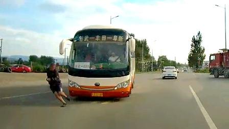 交通事故合集:行人不看路况横穿马路,不曾想大客车呼啸而来