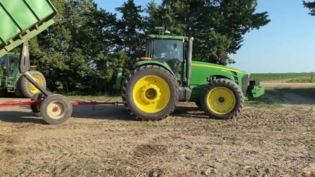 农场主卸了一车青储饲料,这家里养了多少牛啊