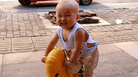 宝宝第一次坐摇摇车 开心地不断卖萌