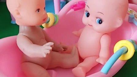 两个小宝宝正在洗澡,他们一边洗澡一遍玩妈妈的水晶面膜,还挺凉爽!