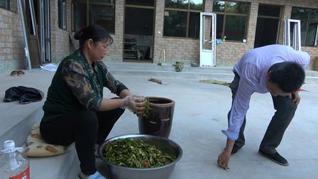 今年老妈摘的绿辣椒都腌了,满满一盆倒一缸,3天过后就能吃