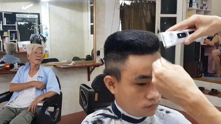 农村小伙到理发店剪发,理发师却剪出不普通发型