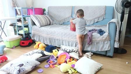 妈妈说2岁儿子乱扔东西不收拾,爸爸不相信,在家带一天孩子看看