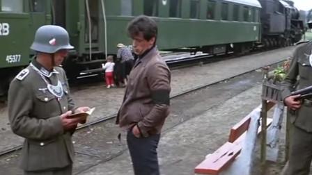 被关在战俘营的史泰龙,逃过层层看守顺利逃了出来