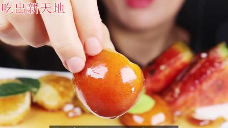 外表晶莹剔透的水果竟是裹了一层脆脆的糖衣,酸甜适中好吃极了