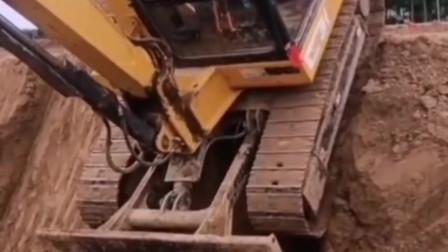 这是挖掘机师傅的真功夫!