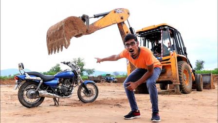 小伙新买的摩托车,直接用挖掘机砸碎,网友:太解压了