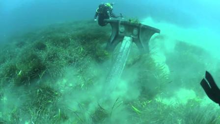 """潜水员海底发现""""神秘铁器"""",以为是古董,看清后不淡定"""