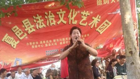 刘霞女士在普法艺术团演唱