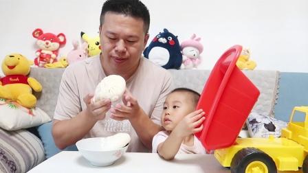 2岁孩子贪玩不爱吃饭,爸爸一点也不着急,拿2个包子坐边上慢慢吃