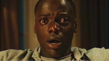 黑人小伙跟白人女友回家,却被岳父当众拍卖,最后差点小命不保!