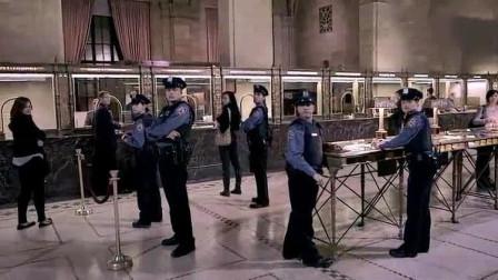 名场面,一蠢贼抢劫银行,刚好遇到警察发工资