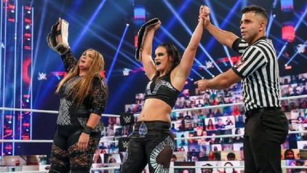 新科WWE女双冠军强势加冕,这下Boss姐两条金腰带全丢了~