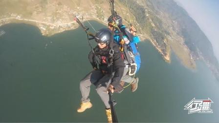 在博卡拉体验滑翔伞,尼泊尔教练太生猛了,玩空中转体直接失重