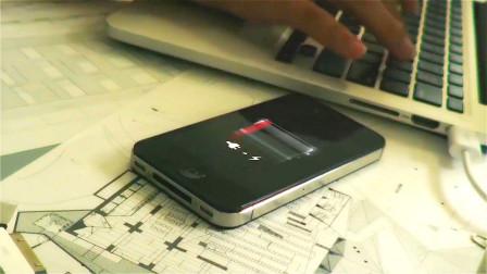 宅男每天抱着手机玩,没想到遭惩罚被关进手机里,而且电量还所剩不多!