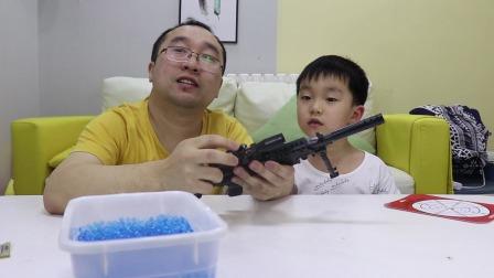 开箱迷你M249玩具枪,小巧的外形正适合骁宝,吃鸡装备又添新成员