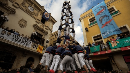 西班牙又一个奇葩节日,将人堆叠成塔,比斗牛还疯狂!