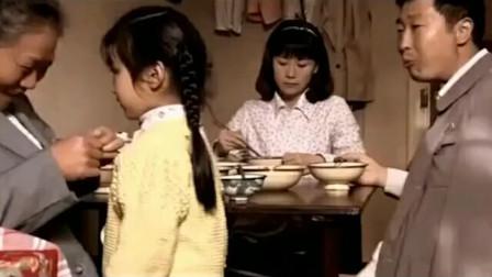 婆婆拿手给孙女剥虾,儿媳妇直接指责他,丈夫回手打了一巴掌!