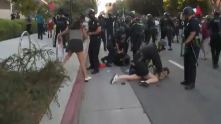 美国警察终于忍不下去了,再次动用暴力伤人,好几个女性也都受伤