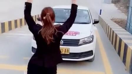 我要是有这样的美女教练,早就把驾照拿到手了
